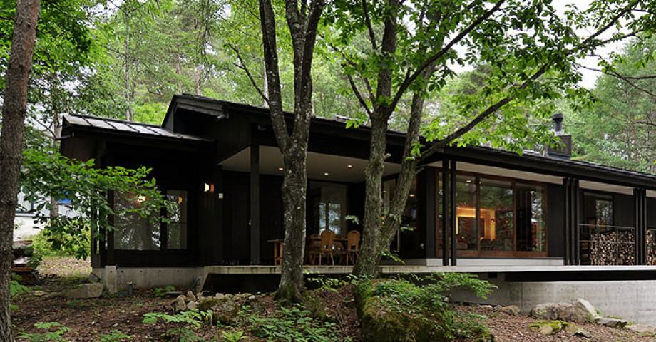 静寂な林の中に佇む自然環境を大切にした家。
